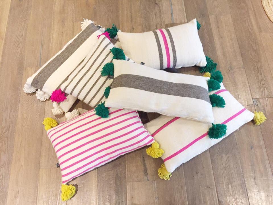 coussin berbere pompom blanc j 39 aime pas les dimanches. Black Bedroom Furniture Sets. Home Design Ideas